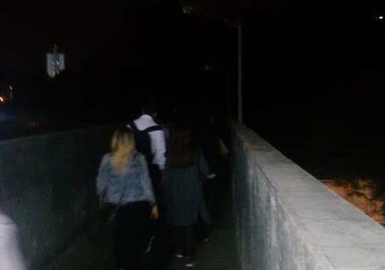 Estação Pirituba, passarela as escuras por falta de iluminação.