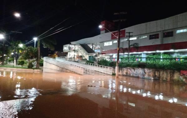 Estação de Franco da Rocha com seu entorno alagado na noite desta quinta-feira (20). Foto: Reprodução Redes Sociais