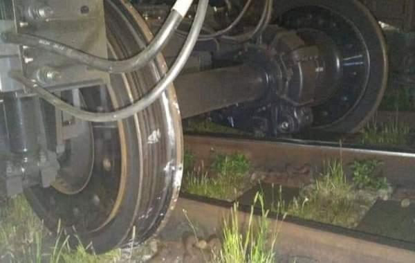 Imagem do trem acidentado, com o truque fora dos trilhos. Foto: Reprodução Redes Sociais
