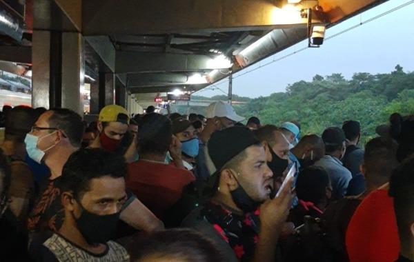 Passageiros aglomerados na estação USP Leste na Linha 12-SafIra. Foto @layzboys/Reprodução Twitter
